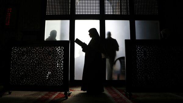 Una mujer musulmana reza en la mezquita de Al Aqsa - Sputnik Mundo