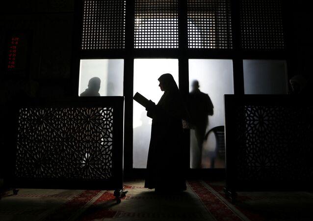 Una mujer musulmana reza en la mezquita de Al Aqsa