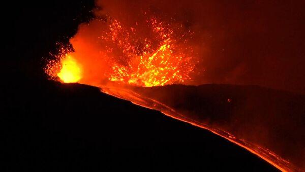 El volcán más activo de Europa entra en erupción - Sputnik Mundo