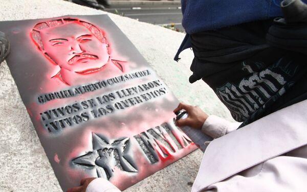 Manifestante durante las actividades de la semana Internacional del detenido desaparecido, con la exigencia de justicia tras 12 años de la desaparición forzada de Alberto Cruz Sánchez y Edmundo Reyes Amaya - Sputnik Mundo