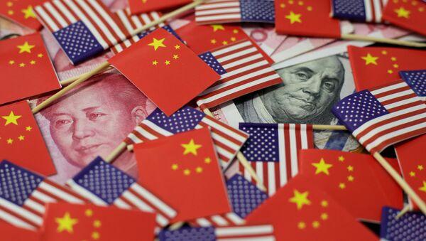 Yuanes y dólares (monedas chinas y estadounidenses) - Sputnik Mundo