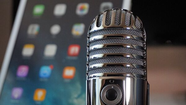Teléfono y micrófono, referencial - Sputnik Mundo