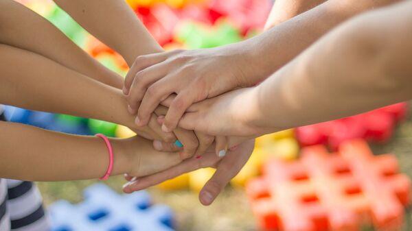 Las manos de unos niños - Sputnik Mundo