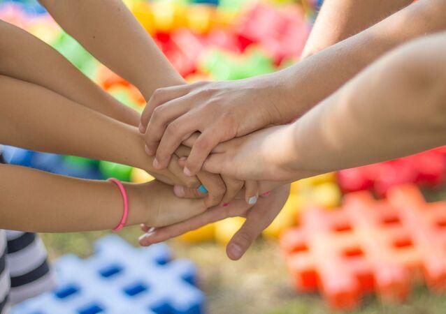 Las manos de unos niños (imagen referencial)
