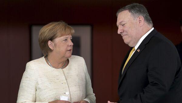 El secretario de Estado de EEUU, Michael Pompeo, y la canciller de Alemania, Angela Merkel - Sputnik Mundo