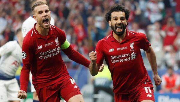 Mohamed Salah celebra el tanto que le dio la ventaja al Liverpool contra el Tottenham en la final de la 'Champions' - Sputnik Mundo