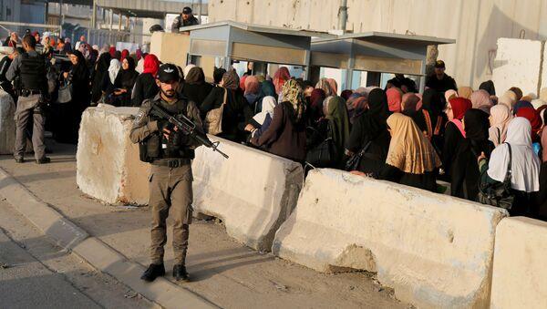 Un soldado israelí cerca de la mezquita Al Aqsa en Jerusalén - Sputnik Mundo