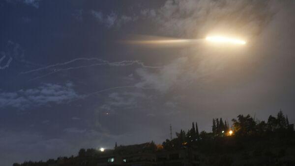 Un misil israelí sobrevuela Siria - Sputnik Mundo