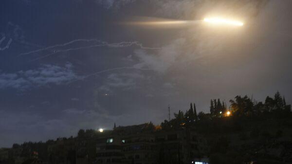 Un misil israelí sobrevuela Siria (archivo) - Sputnik Mundo