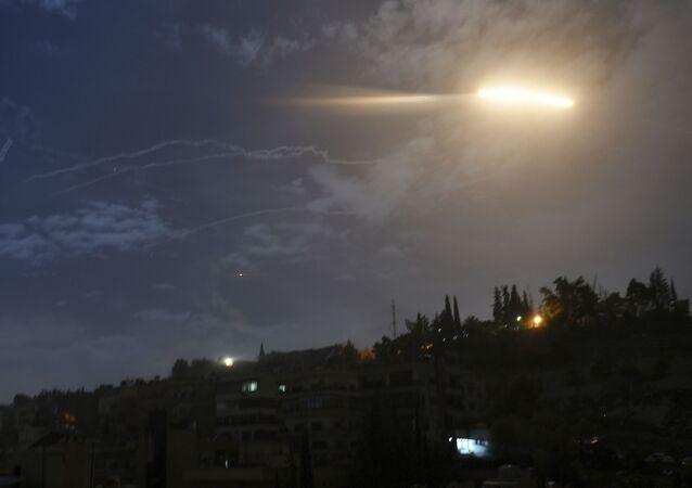 Un misil israelí sobrevuela Siria (archivo)