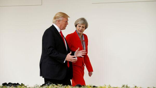 El presidente de EEUU, Donald Trump, escolta a la primera ministra británica, Theresa May  - Sputnik Mundo