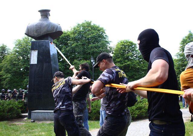 Los nacionalistas derriban el busto del mariscal Zhúkov en Járkov