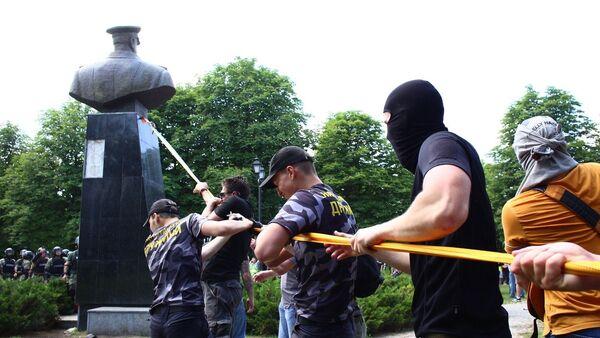 Los nacionalistas derriban el busto del mariscal Zhúkov en Járkov - Sputnik Mundo