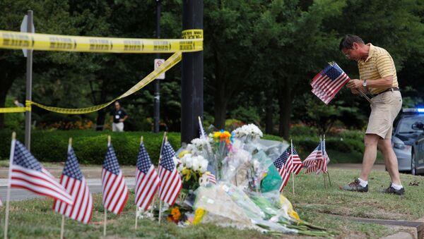 Flores en el lugar del tiroteo en Virginia Beach, EEUU - Sputnik Mundo