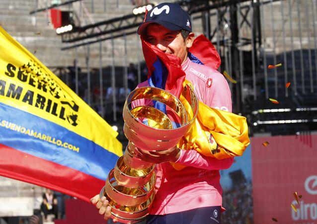 El ciclista ecuatorianoRichard Carapaz celebra su victoria en el Giro de Italia