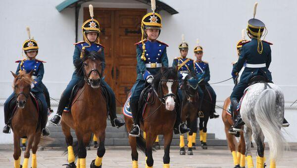 Las guardianas del Kremlin protagonizan un imponente  cambio de guardia - Sputnik Mundo