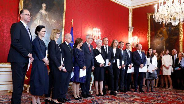 Los ministros del Gabinete de transición juramentan ante el presidente Alexander Van der Bellen - Sputnik Mundo