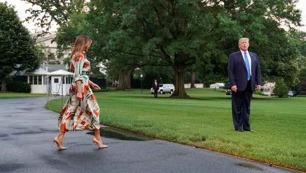 El presidente de EEUU, Donald Trump, y la primera dama, Melania Trump, parten hacia Londres - Sputnik Mundo