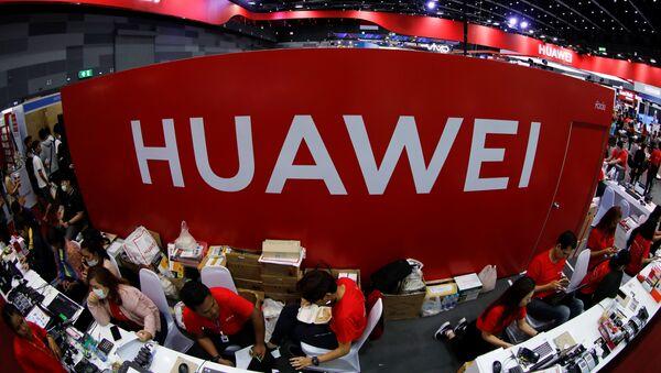 Trabajadores en el stand de Huawei en la Mobile Expo en Bangkok, Tailandia - Sputnik Mundo