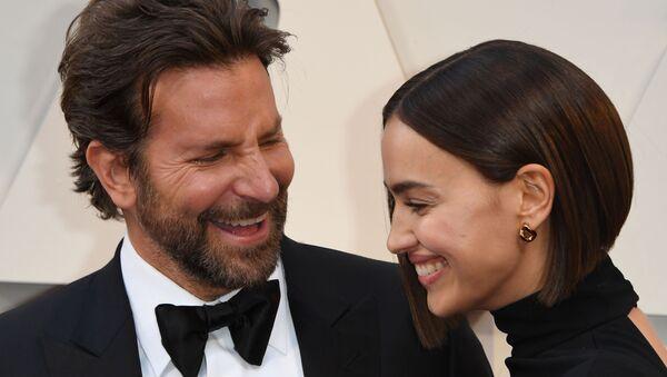 El actor estadounidense Bradley Cooper, junto a la modelo Rusa Irina Shayk - Sputnik Mundo