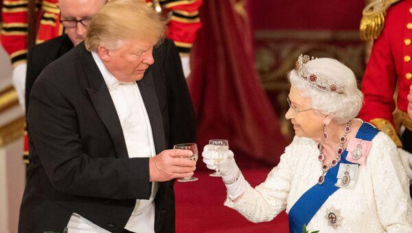 La reina Isabel II y el presidente de EEUU, Donald Trump, durante la visita del mandatario al Reino Unido - Sputnik Mundo