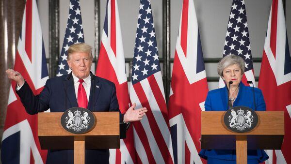 El presidente de Estados Unidos, Donald Trump, y la primera ministra británica, Theresa May - Sputnik Mundo