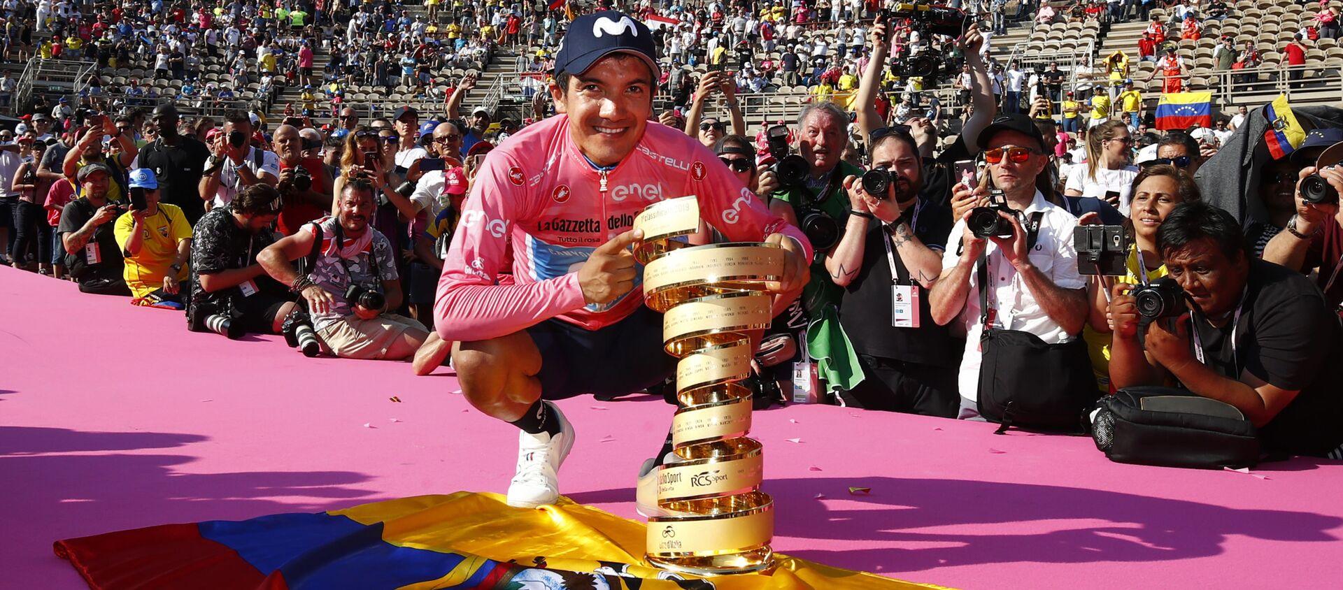 Richard Carapaz ostentando el primer premio del Giro de Italia 2019 sobre la bandera de Ecuador - Sputnik Mundo, 1920, 04.06.2019