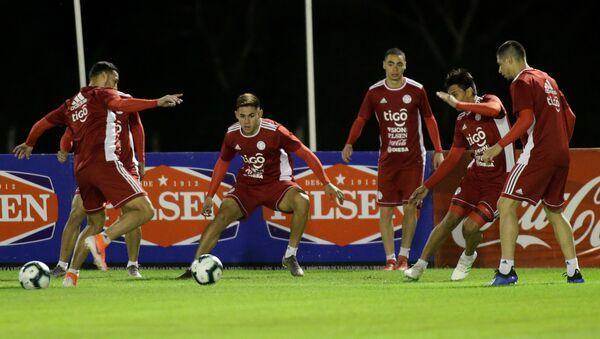 Futbolistas de la selección de Paraguay en un entrenamiento antes de la Copa América de Brasil - Sputnik Mundo