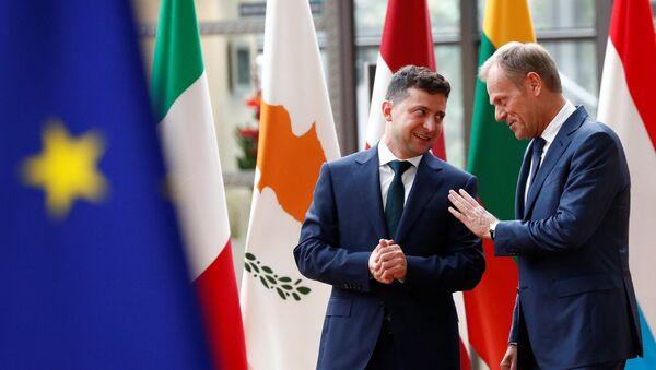 El líder ucraniano, Volodímir Zelenski, y el presidente del Consejo Europeo, Donald Tusk - Sputnik Mundo