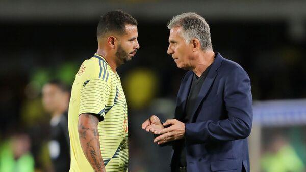 El entrenador portugués Carlos Queiroz dialoga con el futbolista Edwin Cardona durante un partido de la selección de Colombia  - Sputnik Mundo