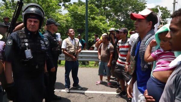 México frena caravana de migrantes centroamericanos en medio de la presión de EEUU - Sputnik Mundo