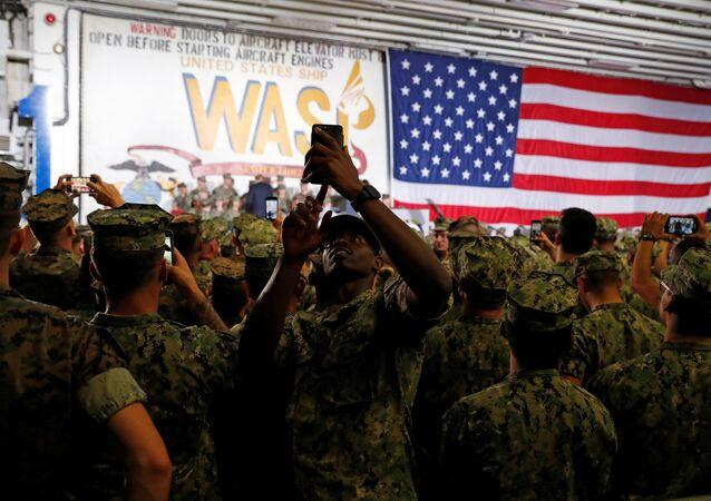 Un militar de EEUU con un smartphone (imagen referencial)