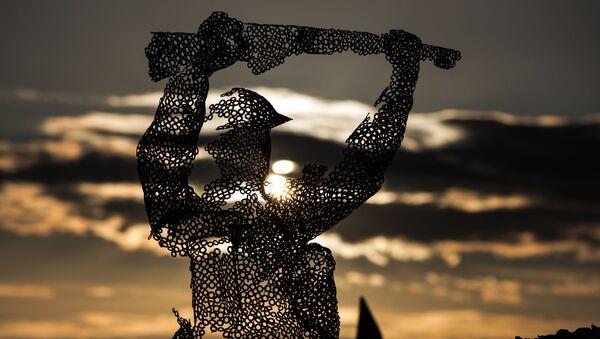 Escultura del soldado británico en Normadía - Sputnik Mundo