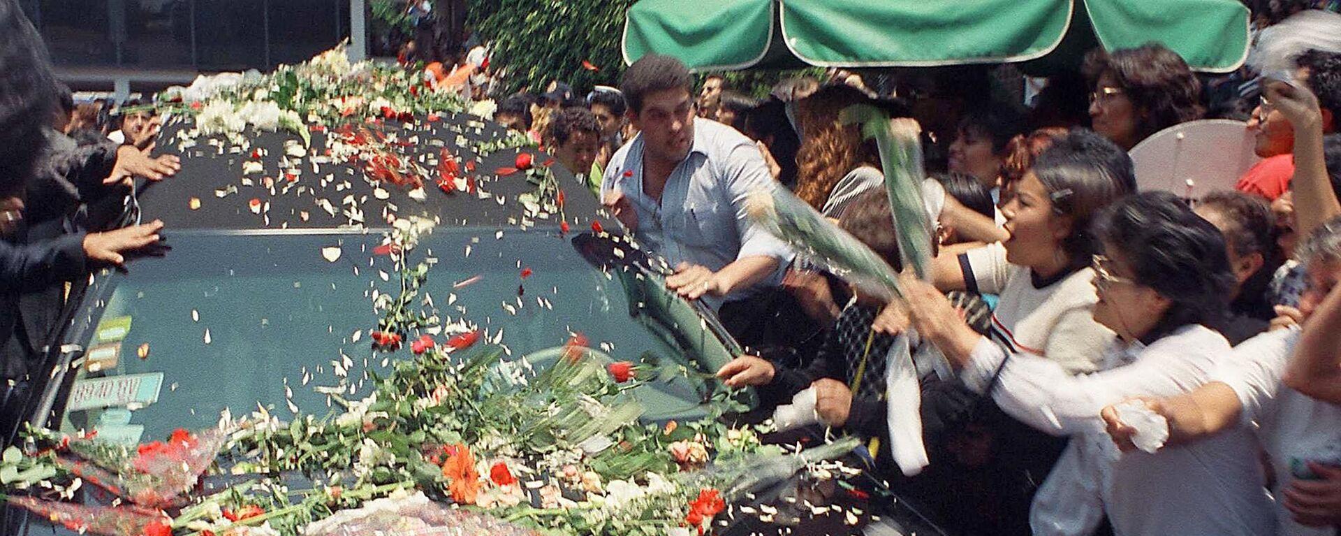 Seguidores de Francisco Paco Stanley arrojan flores en su carro fúnebre durante su funeral, el 8 de junio de 1999 en Ciudad de México - Sputnik Mundo, 1920, 06.06.2019