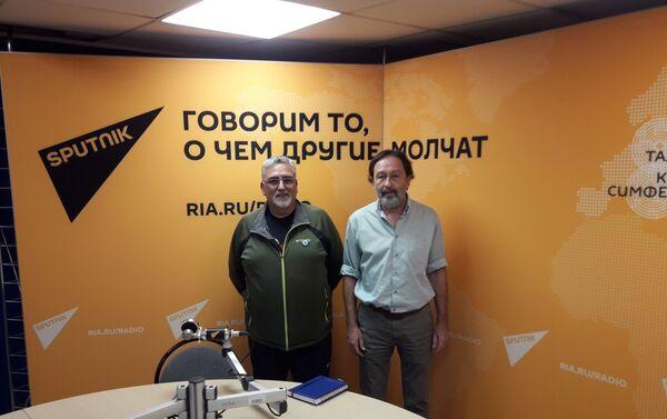 Carlos Pereyra Mele (i) y Carlos Antonio Fernández en los estudios de Radio Sputnik en Moscú - Sputnik Mundo