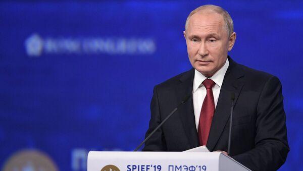 Vladímir Putin, presidente de Rusia, en el Foro Económico Internacional de San Petersburgo 2019 - Sputnik Mundo