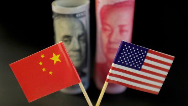 Banderas y billetes de EEUU y China - Sputnik Mundo