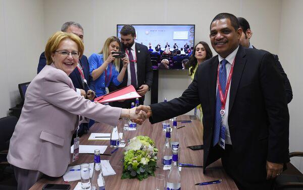 Veronika Skvortsova e Iván Acosta, al firmar el Acta Final - Sputnik Mundo