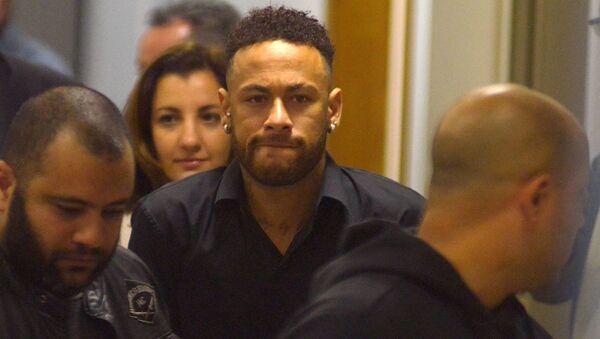 El futbolista brasileño Neymar deja la comisaría de Policía luego de testificar en Río de Janeiro - Sputnik Mundo