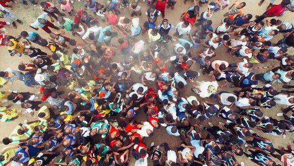 Una multitud en Acornhoek (Sudáfrica) - Sputnik Mundo