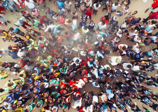 Una multitud en Acornhoek (Sudáfrica)
