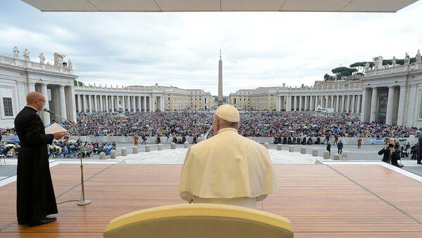 El papa Francisco durante una misa en la Plaza San Pedro de Ciudad del Vaticano - Sputnik Mundo
