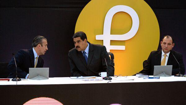 El presidente de Venezuela, Nicolás Maduro, junto al logo de la criptomoneda 'Petro' - Sputnik Mundo