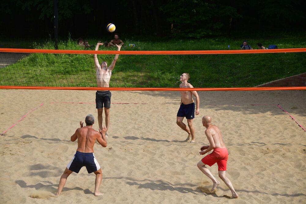 Jugadores de voleibol de playa en el parque Tropariovo.