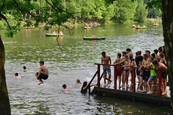 Moscovitas se bañan en un estanque en el parque Tropariovo. - Sputnik Mundo
