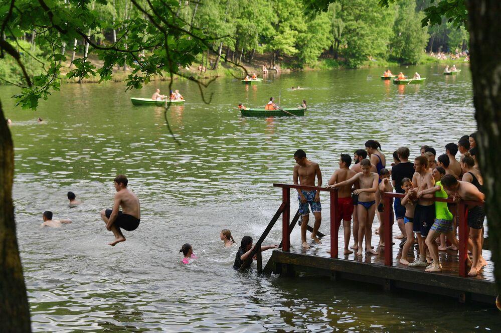 Moscovitas se bañan en un estanque en el parque Tropariovo.