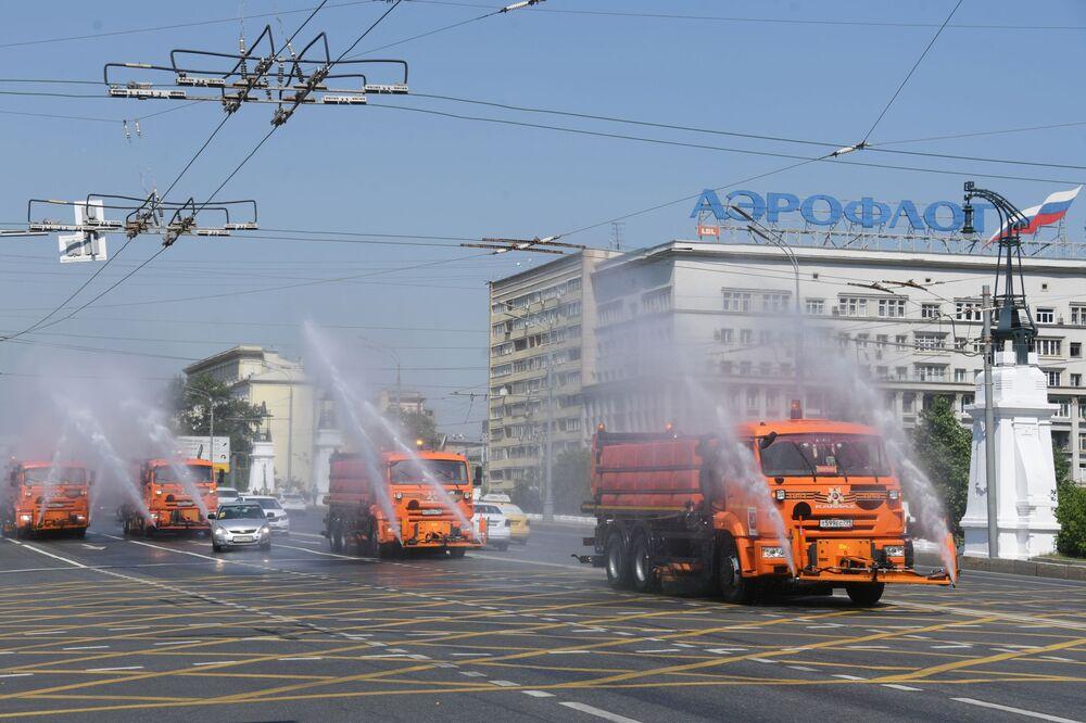 Máquinas de irrigación en la Avenida Leningradski.