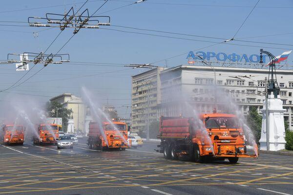 Máquinas de irrigación en la Avenida Leningradski. - Sputnik Mundo