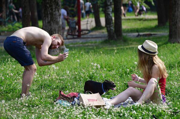 Unos jóvenes con un perro en el parque Tropariovo. - Sputnik Mundo