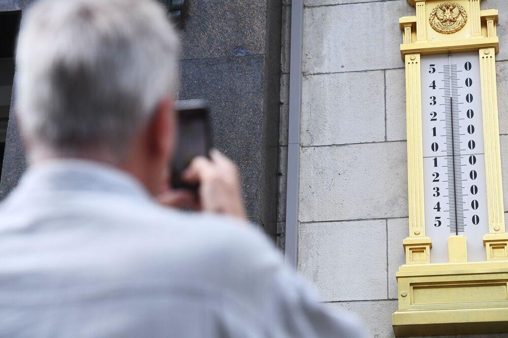 Un hombre toma la foto de un termómetro en el edificio de la Duma Estatal en Moscú.